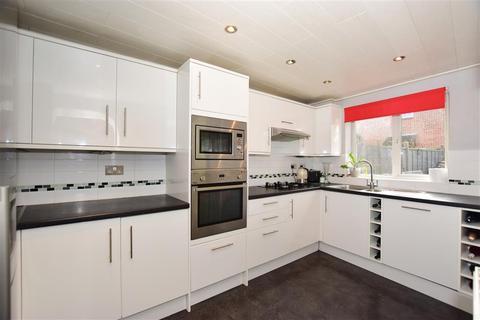 3 bedroom semi-detached house - Bournewood Close, Downswood, Maidstone, Kent