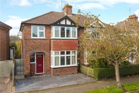 3 bedroom semi-detached house for sale - Walton Way, Aylesbury, Buckinghamshire, HP21