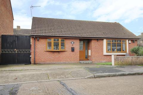 2 bedroom detached bungalow for sale - Lakeside, Rainham, RM13