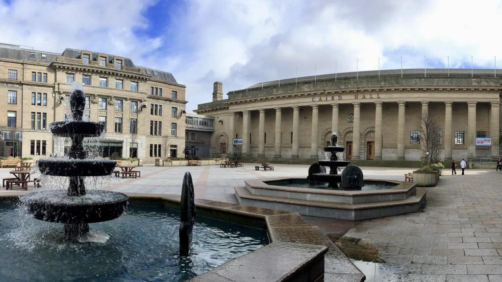Caird Hall Fountain.PNG