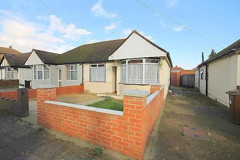 2 bedroom bungalow for sale - Parkfield Crescent, Feltham, TW13