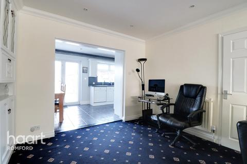 3 bedroom semi-detached house for sale - Lynwood Drive, Romford