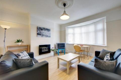 2 bedroom flat - Benton Road, High Heaton, Newcastle upon Tyne