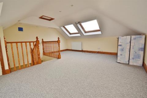 3 bedroom flat to rent - Walden Way, Hainault