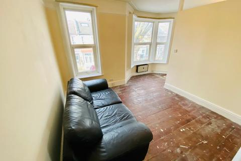 2 bedroom flat to rent - Warren Road E10