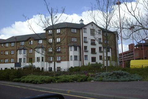 2 bedroom flat - Juniper Court, Hanworth Road TW3