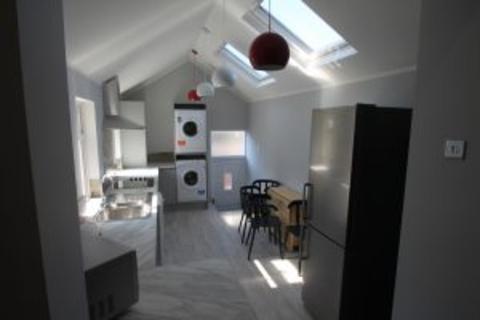 3 bedroom flat to rent - Coniston Avenue NE2