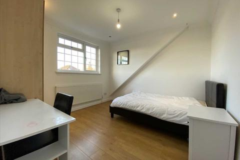 3 bedroom apartment to rent - The Approach, Acton