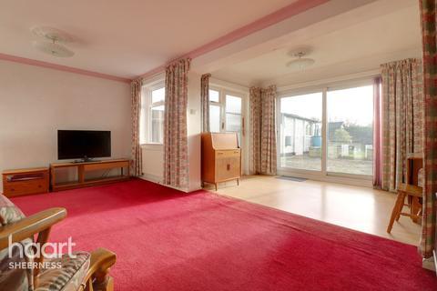 3 bedroom semi-detached house - Nursery Close, Sheerness