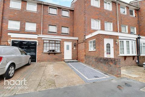 4 bedroom townhouse for sale - Hitchin Close, Romford