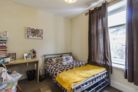 4 bedroom terraced house - Wood Road