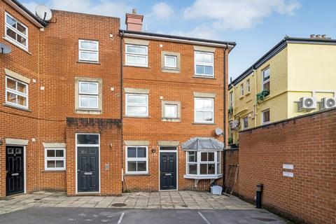 2 bedroom flat - Dews Road, Salisbury