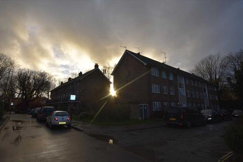 3 bedroom flat - Deans Close, Chiswick