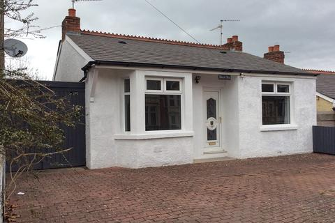 3 bedroom detached house - Barry Road, Barry, The Vale Of Glamorgan. CF62 8HE
