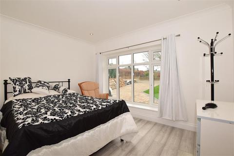 4 bedroom semi-detached bungalow - Chertsey Close, Kenley, Surrey