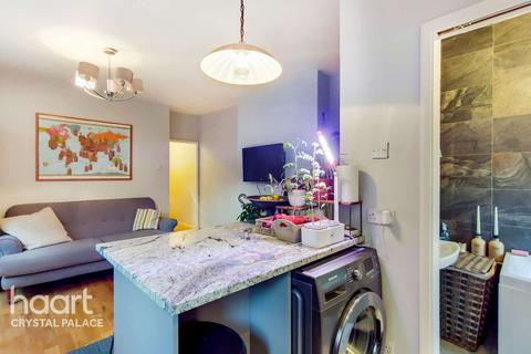 2 bedroom maisonette for sale - Mersham Road, London