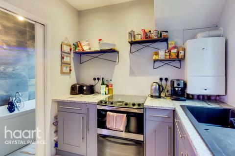 2 bedroom maisonette for sale - Mersham Road, London
