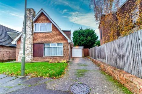 3 bedroom detached house - Griffin Way, Sunbury-on-Thames, Surrey, TW16 6JD