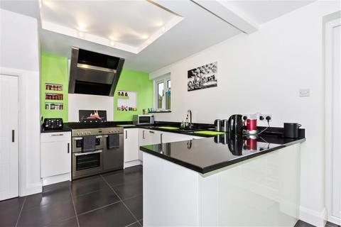 4 bedroom terraced house to rent - Lansbury Crescent, Dartford, Kent, DA1 5DQ