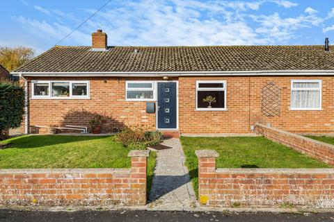 3 bedroom bungalow for sale - Oakfield Road, Carterton, Oxfordshire OX18