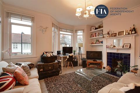 3 bedroom flat for sale - Darwin Road, London