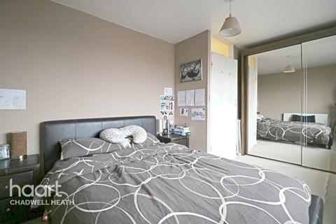 2 bedroom maisonette - Whalebone Lane South, Romford