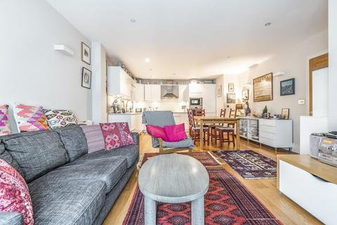 3 bedroom flat - Union Road, Clapham