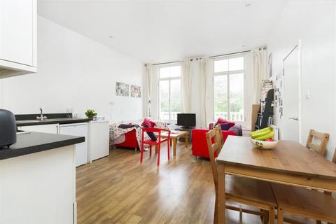 3 bedroom flat - St Johns Crescent, SW9