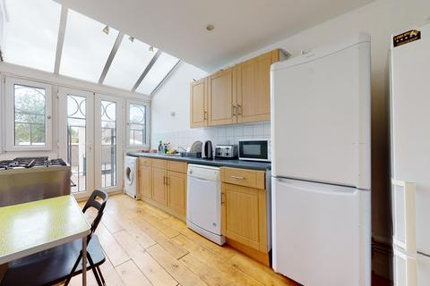 4 bedroom flat to rent - Mariners Mews, London