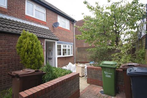 3 bedroom end of terrace house to rent - Coral Close, Romford, Marks Gate, RM6