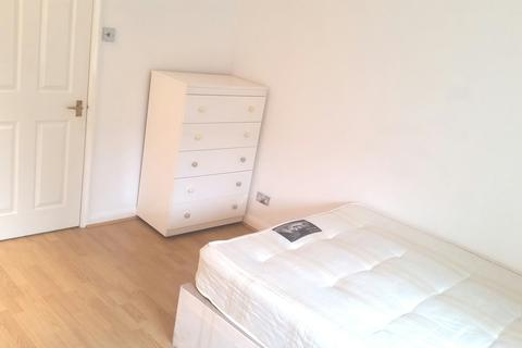 1 bedroom in a house share to rent - London E14
