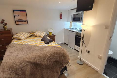 Studio to rent - James Avenue, London NW2