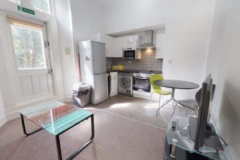 4 bedroom apartment to rent - Whitefield House, Flat 2