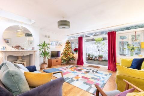 3 bedroom ground floor flat - Agnes Road W3