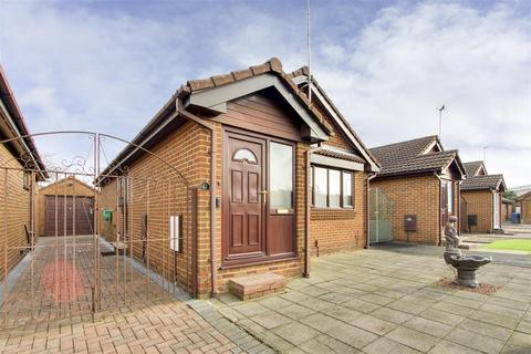 2 bedroom detached bungalow for sale - Squires Way, West Bridgford, Nottinghamshire, NG2 7RR
