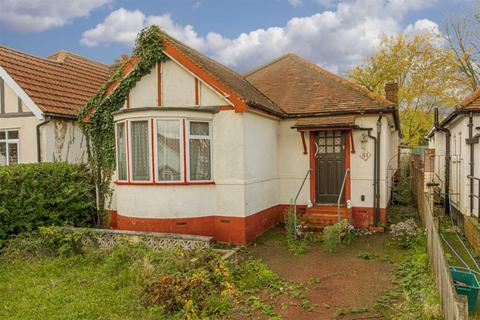 2 bedroom detached bungalow for sale - Clarkes Avenue, Worcester Park