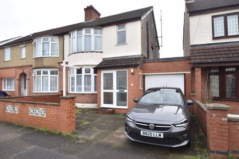 3 bedroom semi-detached house - High Mead, Luton