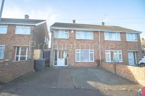 3 bedroom semi-detached house - Oatfield Close, Luton LU4