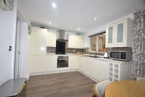 4 bedroom house to rent - St James Village