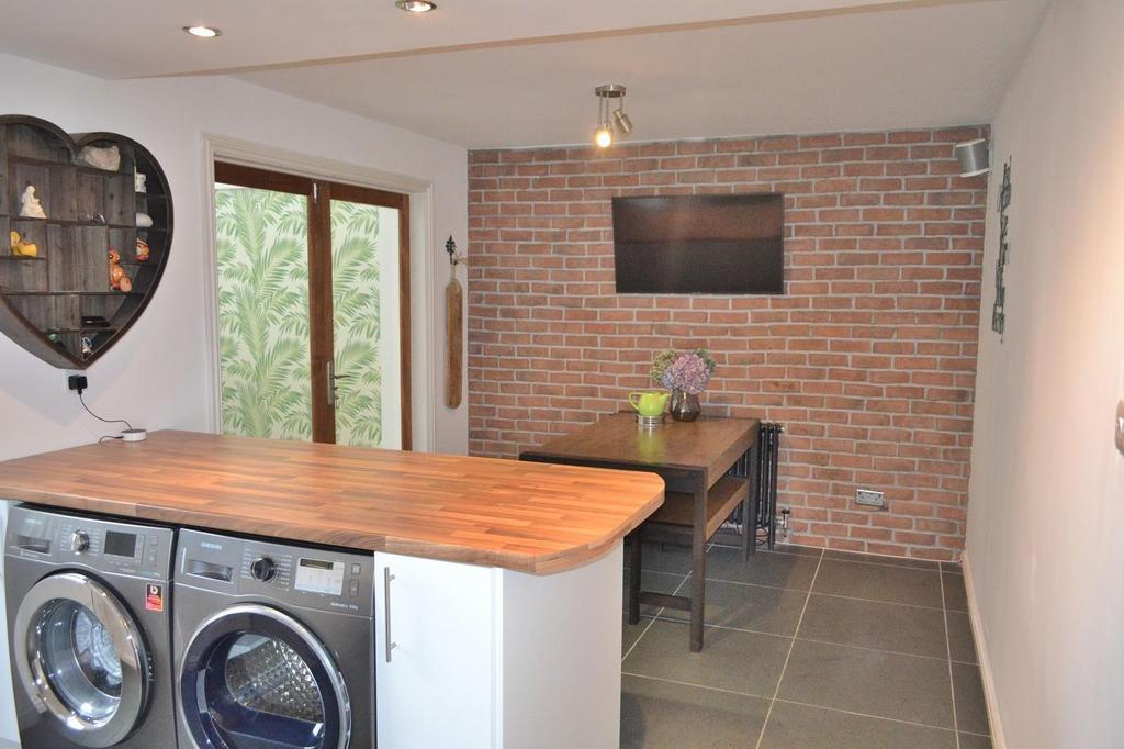 Kitchen/ Dining Room