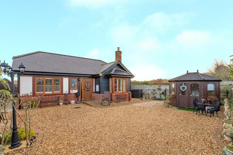 2 bedroom detached bungalow for sale - Langford Road, Henlow, SG16