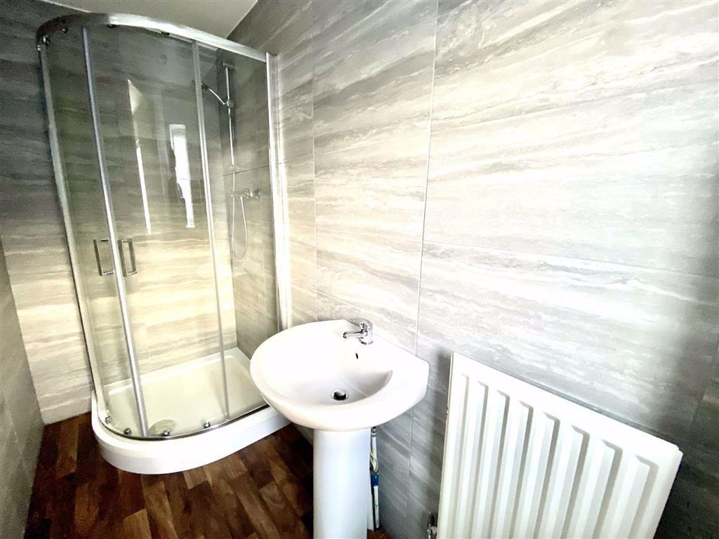 En suite shower (front)