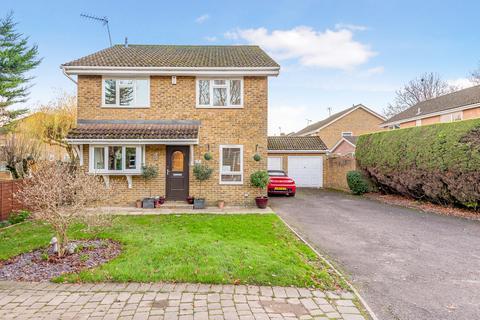 4 bedroom detached house for sale - St Hildas Close, Horley, RH6