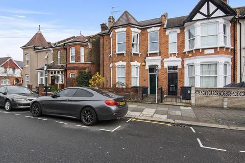 3 bedroom flat - Meads Road, N22