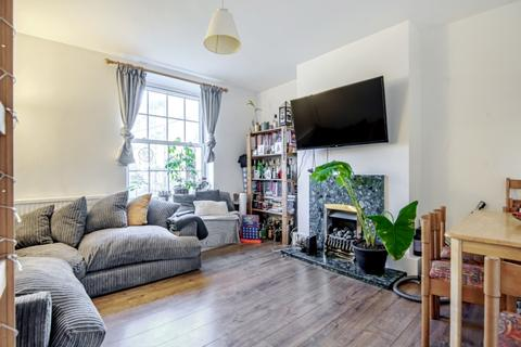 3 bedroom flat to rent - Albion Avenue London SW8