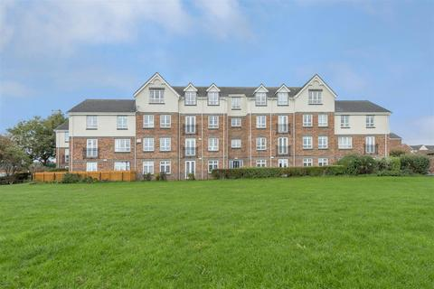 3 bedroom flat - Bishopbourne Court, Preston Grange