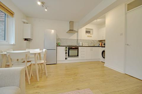 1 bedroom apartment - Leacroft, Staines-Upon-Thames, Middlesex, TW18