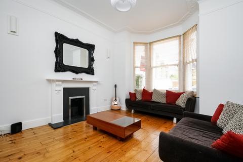 2 bedroom flat - Prideaux Road Clapham Common SW9