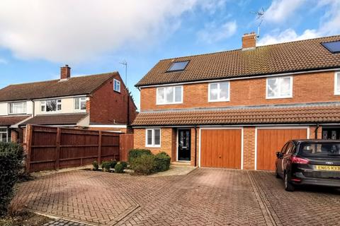 4 bedroom semi-detached house for sale - Queens Mead, Aylesbury
