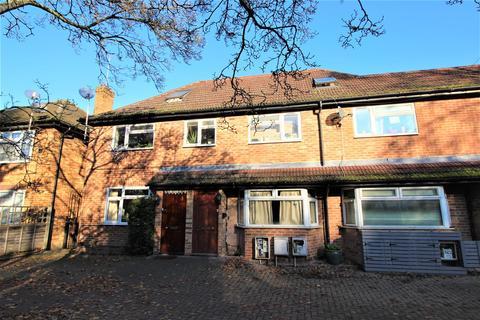 4 bedroom flat - Station Road, West Drayton,